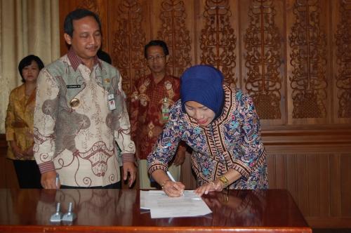 Direktur AKS IBu Kartini Smg Dra. Dyah Listyarini, S.H sedang menandatangani MoU disaksikan Walikota Semarang Drs. H. Soemarmo H.S., M.Si