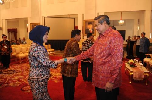 Direktur AKS Ibu Kartini Semarang berjabat tangan dengan Presiden Susilo Bambang Yudhoyono