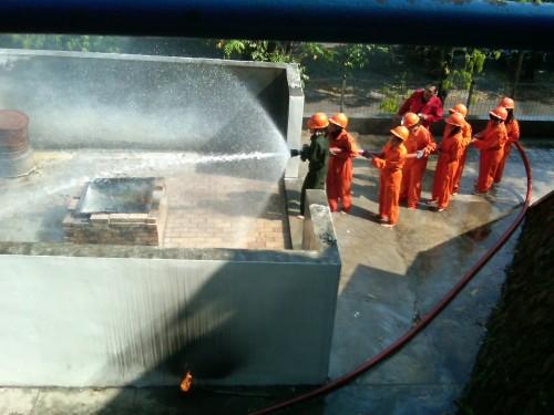 Mahasiswa AKS Ibu Kartini sedang mengikuti pelatihan pemadaman kebakaran di Growth Centre Kopertis WIlayah VI Jateng