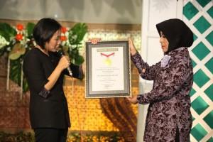 Direktur AKS Ibu Kartini Semarang menerima piagam dari MURI