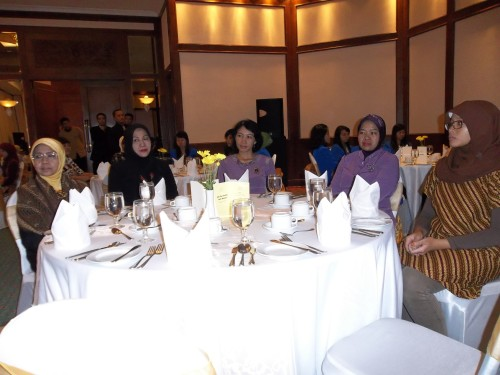 Dosen AKS Ibu Kartini sedang mengikuti Table Manner di Hotel Grand Candi Semarang