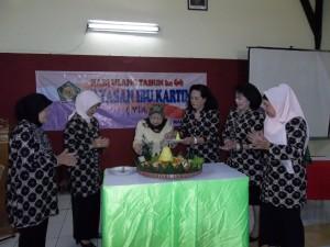 Potong Tumpeng oleh Ibu Hj. E.S. Ismail
