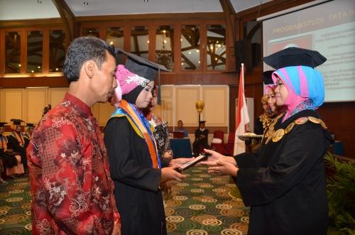 Rizki Rachmawati Peraih IPK tertinggi Wisuda XXV tahun  2014
