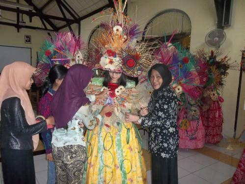 Salah satu calon peserta SNC sedang fitting baju di AKS Ibu Kartini