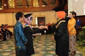 Wisudawan terbaik IKA PUTRI RAHAYU menerima penghargaan
